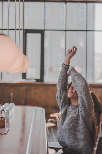 ストレスが溜まっていると自律神経のバランスが不安定になっていることが多いと言われています。自律神経は首周辺に多く集まっているので、ここをゆっくりとストレッチすることでリラックスできると考えられます。仕事の合間に、ゆっくりと首や肩を回したり、ぐーんと伸びをするだけでもOK。血行が促進されて、首。肩凝りの緩和につながります。
