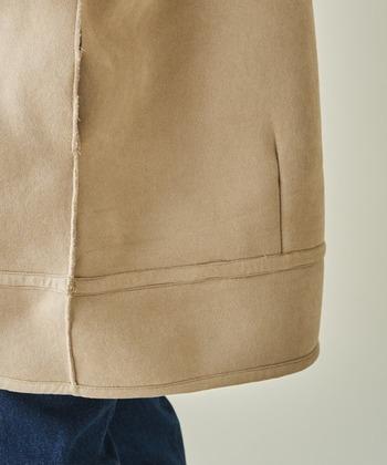 型崩れを防ぐため、ムートンジャケットは厚みのあるハンガーにかけて保管します。湿度に弱いので、換気の良い場所または除湿剤を置いて保管しましょう。