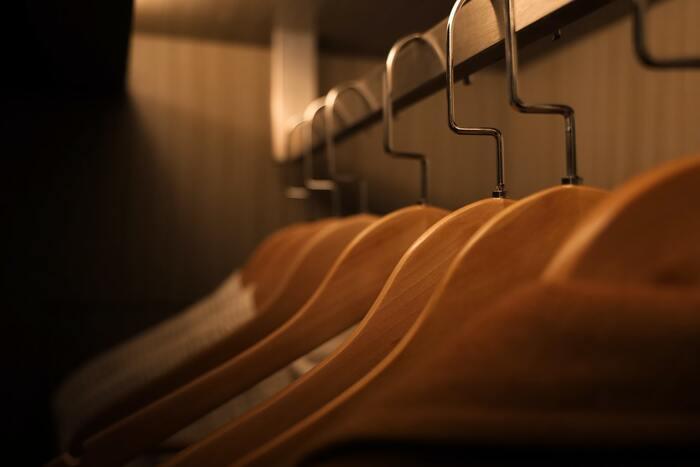 ハンガーに干す時は、洋服用のブラシで毛並みを整え、太めのハンガーで干すと型崩れしにくくなります。針金ハンガーは避け、ジャケット用のハンガーを使うようにしましょう。