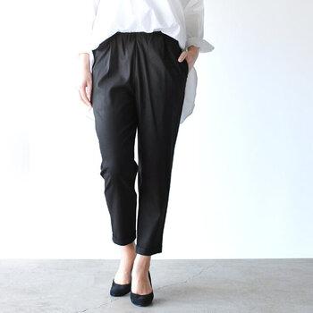 大人の女性にピッタリの楽ちんツイルパンツ。裾に向かって細くなるテーパードシルエットはスタイルが良く見えますよ。滑らかな肌触りのテンセルを使ったツイル生地は、伸縮性・吸湿性が抜群。毎日履いても快適に過ごせます。