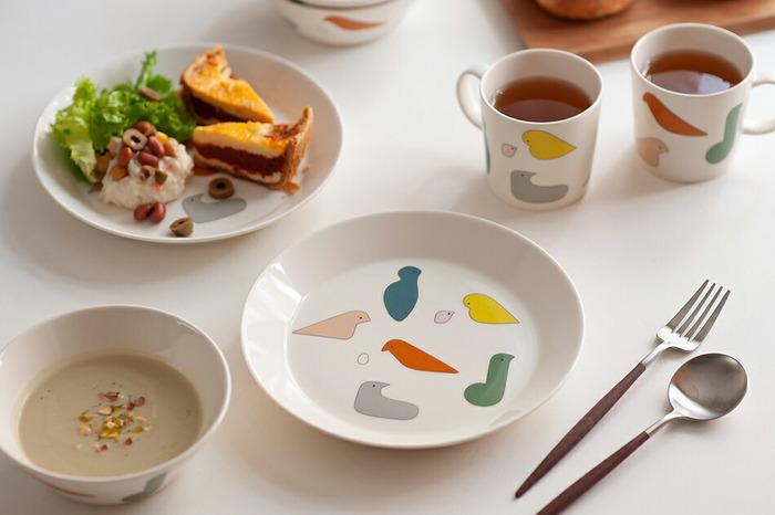 フィンランドと日本のブランドがコラボレーションして生まれた食器。カラフルでキュートな鳥たちは、食卓だけでなく心も明るくしてくれます。21cmのプレートは、メインやサラダを盛ってワンプレートを作るのにぴったり。