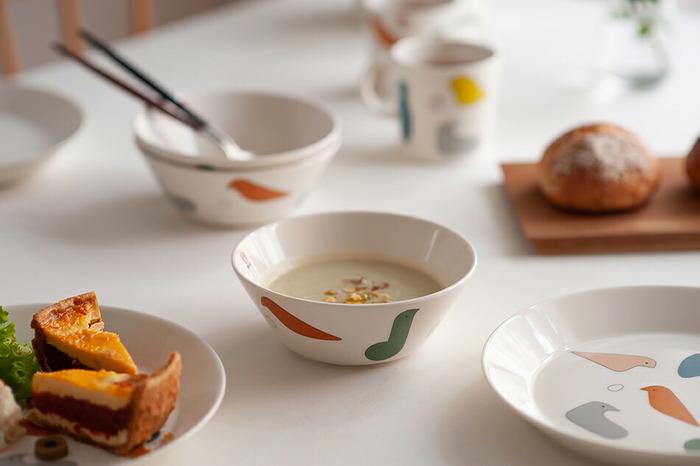 15cmのボウルは、スープやヨーグルトを入れたり、フルーツを盛ったりすると◎見る角度によって色々な鳥が出てくるのが楽しい♪大人も子供も使いやすいデザインが魅力です。