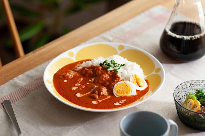 横長で少し深さがあるオーバルプレートは、ご飯とカレーやおかずをバランス良く盛り付けられます。汁気のある料理にも使いやすいのが嬉しい。