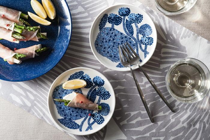 言わずと知れた有名ブランド「マリメッコ」のプレートです。シンプルなものも、色使いが綺麗なものもありますよ。「ミンステリ」は、2色のブルーを使った緻密なデザインが素敵。