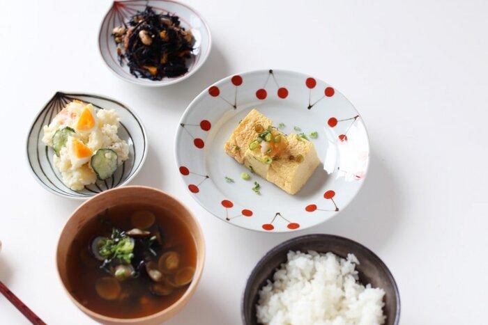 縁に描かれたさくらんぼがキュートな九谷焼のお皿です。和食器は落ち着いた色や絵柄が多いですが、可愛いものを取り入れてみると食卓の雰囲気が変わって良いですね。和食にも洋食にも合わせやすいのが嬉しい。