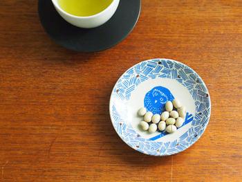 こちらは、首をかしげたフクロウが可愛いお皿です。何を考えているのか、想像が膨らみそう。醤油皿や薬味用として使ったり、ちょっとしたお茶菓子やおつまみを載せたり、色々なシーンで活躍しますよ。サイズは直径11cmです。