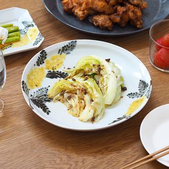 黄色いミモザが描かれた、優しい色彩が魅力的なお皿です。派手すぎず、さりげなく華やかさを足してくれるのが◎ミモザは春の花なので、春の訪れと共に使うのもおすすめです。食卓でも季節を感じてみてはいかが?