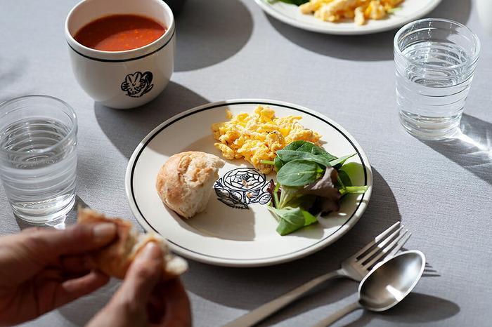 お皿の中央に植物や動物のスタンプが押された、ほっこりするプレートです。料理を載せると絵柄が隠れますが、食べ進めると出てくるのがワクワクします♪21cmのプレートは、ローズとキャットの2種類。