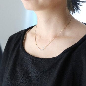 小粒の淡水パールを、11粒使って作られた華奢なネックレスです。チェーンのように見える部分は、細い絹糸を編んで作られています。金属よりも軽く着け心地がよいのが特徴。繊細なデザインのネックレスは、ニットやドレスなど合わせるアイテムを選びません。