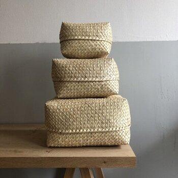インドの伝統的な技術であるKottanという編み方をベースに作られた、美しい編み目が特徴のフタ付きカゴ収納です。フタをして中を見せない使い方はもちろん、フタもカゴとして使用するオープンタイプの収納にも活用できます。