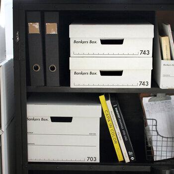 アメリカの公共施設などで広く活用されている、BANKERS BOX。シンプルなデザインと真四角の形でスッキリ収納が叶います。余白が多いデザインなので、書き込みやラベリングもOKです。