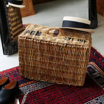 太めの皮付きラタンを使って、ひとつずつ丁寧に編み込んで作られたバスケットです。レトロな趣のある質感で、お部屋に置くだけでおしゃれ度がアップします。キャンプやピクニックなど、アウトドアシーンで使っても◎