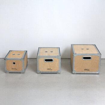 ウッドとスチール素材を組み合わせた、スタイリッシュな印象の収納ボックス。どんなテイストにもなじむ質感で、サイズはS・M・Lの3種類です。ひとつでそのまま使うのはもちろん、重ねて使っても収納力がアップするのでおすすめ。