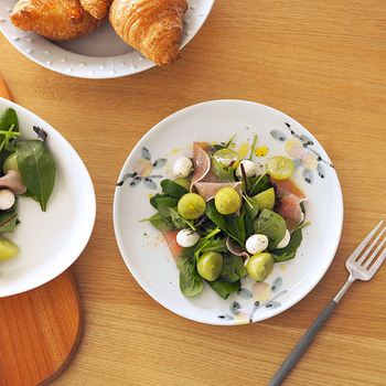 こちらは桃の木が描かれた上品なお皿。淡い色合いは食卓に癒やしを運んでくれます。パンやパスタ、前菜やサラダなど、洋食との相性抜群。サイズは直径21cmです。