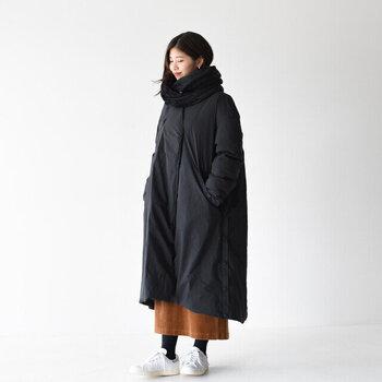 くったりとした表情の黒のフリーススヌードは、同じく黒のダウンコートと合わせてみて。黒の面積が多く、重たい印象になりがちな組み合わせでも、素材感を変えるだけでメリハリが出ます。  こっくりカラーのロングスカートは、コートの裾からのぞかせてコーデのアクセントに。シューズはあえて白を選ぶと軽やかさが出ます。
