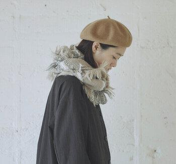スラブ糸とシャギーをミックスさせたワイルドな印象のマフラーは、首元に巻いたときのボリューム感が一番の魅力。 肌なじみのよい明るめのベージュカラーは、重たい印象になりがちな秋冬ファッションを軽やかにまとめます。 マフラーをコーデの主役にしたいなら、アウターや帽子はベーシックかつシンプルなものを選ぶと◎