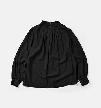 首元に施されたたくさんのタックが華やかなプルオーバーシャツ。すっきりとしたシルエットでスタイルも良く見せてくれます。サイドにスリットが入っているので、ボトムから出して着てもオシャレです。