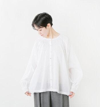 程良い透け感と柔らかい素材が女性らしいコットンブラウス。前後どちらを正面にしても着られる嬉しい2wayタイプです。裾と袖には繊細な刺繍が施されており、アンティークでかわいらしい印象に仕上がっています。