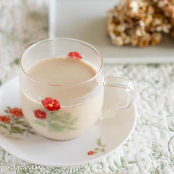 ジンジャーは紅茶との相性もバッチリ。おしゃれなティータイムには、チャイもおすすめです。生姜のほかに、クローブやシナモンも加えて香り豊かに。牛乳をお鍋に入れたら、吹きこぼれないように注意して、お好みの濃さに仕上げましょう。
