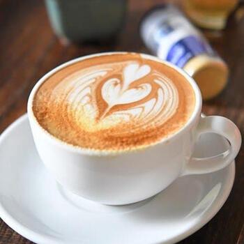 ラテにジンジャーを加えるのも良いですよ。こちらは、ジンジャーパウダーを使ったレシピなのでお手軽です。エスプレッソとスチームミルクを合わせた本格レシピ。時間がない時は、コーヒーやミルクを作りやすい方法でアレンジしてみてください。