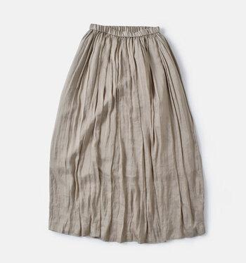 マットな光沢感と軽やかな素材が上品なマキシスカート。たっぷりのギャザーや風に揺れるシルエットが女性らしさを演出します。シルクのように滑らかなヴィンテージサテンは、自宅で洗濯可能なのでお手入れも簡単です。
