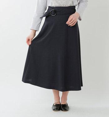 太めのベルトがスタイルアップ効果抜群のスカート。しなやかでシワになりにくい生地は毎日着てもお手入れが簡単です。セミフレアのシルエットがとてもエレガントなので、年齢問わず着ることができますよ。