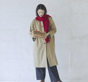 赤のマフラーを主役にしたいなら、淡いベージュカラーのコートに合わせると◎ メンズライクなアウターも、赤を差し色にすることで女性らしさを感じさせるコーディネートが完成します。 上半身をふんわりとした色合いでまとめたら、チャコール系のワイドパンツで適度に引き締めて。