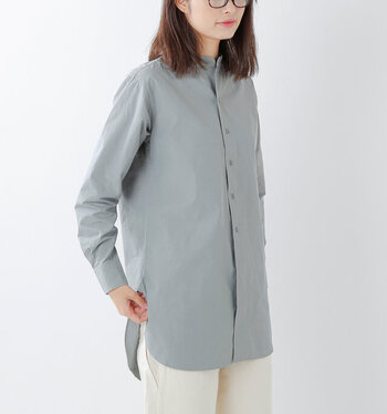 清潔感があって好印象なスタイルが実現可能なスタンドカラーシャツ。ハリ感のあるコットンリネンの生地は、オールシーズン着ることができます。キレイめな中にもこなれ感があり、自分らしさを表現することができます。