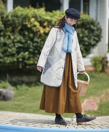 ブラックやブラウンなどの重ためカラーを使いたくなる冬には、あえて寒色系のカラーを使ったコーデを楽しんでみてはいかがでしょうか。  ライトブルーのマフラーは、冬の凛とした空気感を感じる爽やかなアイテム。白系のアウターと合わせると、軽やかな装いになりますね。ニット帽をかぶって冬らしさも忘れずに。
