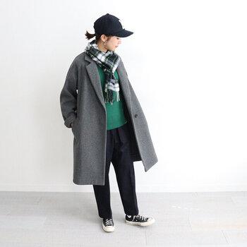 鮮やかなグリーンのトップスに、深いグリーン系のチェックマフラーをオン。トーンの異なるグリーン同士を合わせれば、おしゃれなグラデーションコーデの完成です。キャップとスニーカーを組み合わせて、グレーのコートを一気にカジュアルダウン。全体が重たく見えすぎないよう、スニーカーの白とチェックマフラーの白を効かせて軽やかな着こなしにしています。