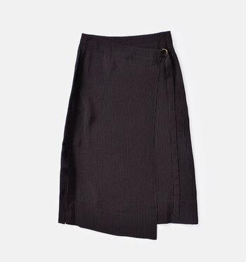スタイリッシュでクールなラップスカート。アシンメトリーなデザインでシンプルなトップスと合わせると女性らしさが引き立ちます。バックスタイルのシルエットにもこだわっており、どこから見られてもオシャレな印象を与えることができますよ。