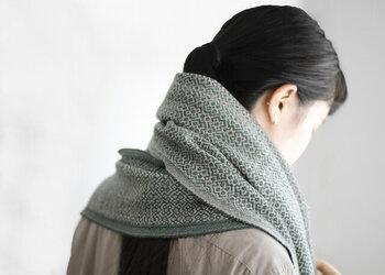 北欧系のパターンで折られた美しく繊細な織り柄のマフラーは、洗練された大人の雰囲気を醸し出してくれるアイテム。ベージュ×モスグリーンの組み合わせは、ナチュラルで落ち着いた印象を与えます。同系色のベージュのコートにラフに巻くだけでファッションのアクセントになり、後ろ姿まで上品で知的に見せてくれますよ。