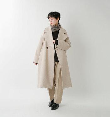 大きな襟付きのコートには、薄手のスヌードを合わせてすっきりと着こなしてみて。ほどよいくしゅっと感が、コーデのアクセントになってくれます。 優しげなベージュやアイボリーを大胆に使ったコーデには、ブラックのインナーやシューズの引き締めカラーを取り入れるのが、バランスのよい着こなしのポイント。首元のトープ系のカラーが、絶妙な差し色になっていますね。