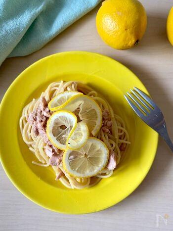 爽やかな見た目のツナレモンパスタは、あたたかいままいただくのはもちろん、冷めても美味しいレシピです。醤油と顆粒だしを使い、和風ツナ味に仕上げています。ノンオイルのツナ缶を使って、さっぱりと召し上がってみてくださいね。