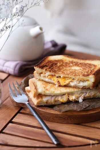 ホットサンドメーカーがなくても簡単に美味しく作れる、ツナメルトサンドレシピがこちら!粒マスタードの酸味がほどよいアクセントになっています。 美味しく作るコツは、中のチーズがとろけるまでじっくりと加熱することと、バターを使って香りとトーストの焼き色をしっかり入れてあげること。焦ってこがしてしまわないように気をつけて!
