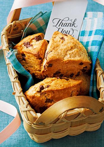 ジンジャーとチョコレートも実は合うんです。食べ応えのあるスコーンに入れれば、噛む度にジンジャーのさわやかな風味と甘いチョコレートのハーモニーを味わえるでしょう。こちらのレシピではジンジャーパウダーを使うので、簡単に生地に入れられますよ♪