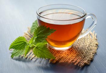 栄養価の高いヤーコンは、お茶やシロップなど健康食品でも目にします。特に、抗酸化作用のあるポリフェノール豊富な葉や茎の部分で作ったヤーコン茶は人気。ノンカフェインなので、子供も大人も美味しくいただけますよ。