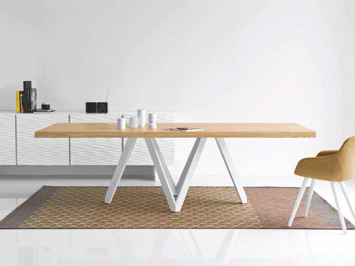 こちらはイタリア最大級の家具ブランドCalligaris(カリガリス)のダイニングテーブル。まずぱっと目を引くのがV字が連って見えるようなモダンな脚。その上ののびやかな天板はエッジが印象的で、広いダイニングに存在感を示すようなデザインのテーブルです。