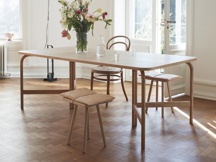 もともとミーティング用テーブルとしてデザインされたこちらのテーブル、まずは大きくわん曲した脚が目を引きますよね。この脚と天板の丸さのある角によって、座ったときに人と人との距離感が生まれストレスが感じにくいのが特徴なんです。