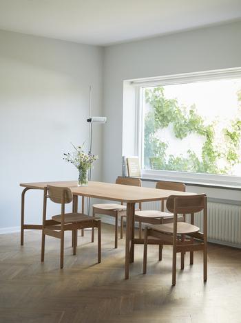 こう見ると椅子を置いても圧迫感があまり感じませんよね。シンプルなテーブルなのでアンティークの椅子を合わせても素敵そう。また、グリーンも映えるのでテーブルでの楽しみが増えそう!