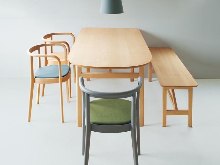 コペンハーゲンのデザイナーが日本の生活様式に合わせてデザインされたMOKUのダイニングテーブル。片方がラウンド型になっているのが特徴で、コンパクトながらも5人まで使えるようなデザインになっています。どんなインテリアにもマッチする親しみやすいデザインのダイニングテーブルです。