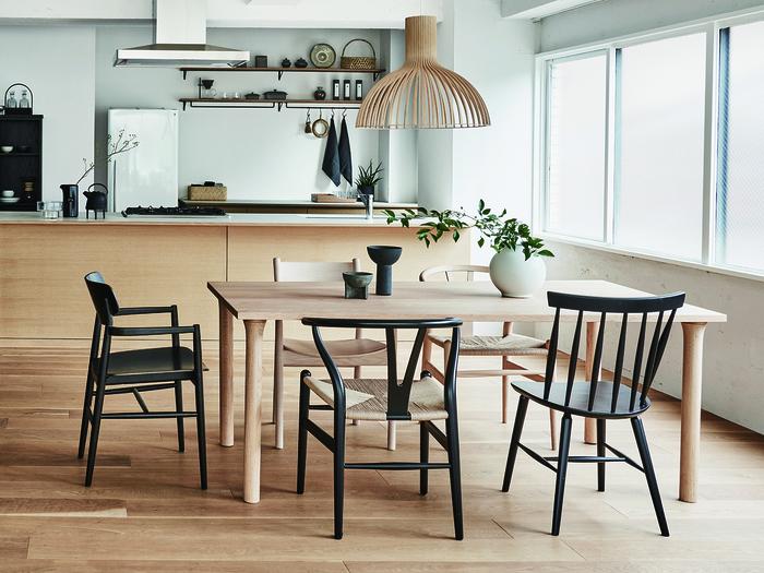 こちらもごくごくシンプルなダイニングテーブル。安定感のある脚がまっすぐに配置されているのが特徴で、ベーシックながらもとてもしっかりとした作りになっています。