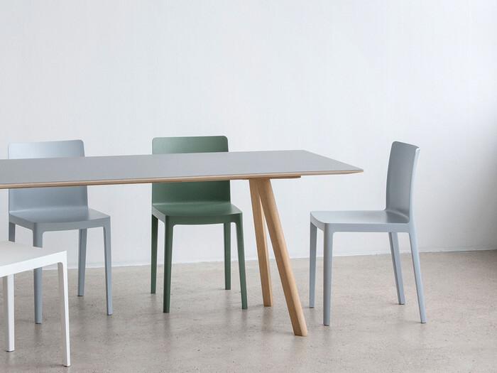 薄い天板が洗練された印象をもたらすこちらのダイニングテーブルは、デンマークのインテリアプロダクトブランドHAY(ヘイ)のもの。存在感、というよりは、インテリアにすっと馴染むデザイン。ロングライフデザインとして長く愛用できそう。