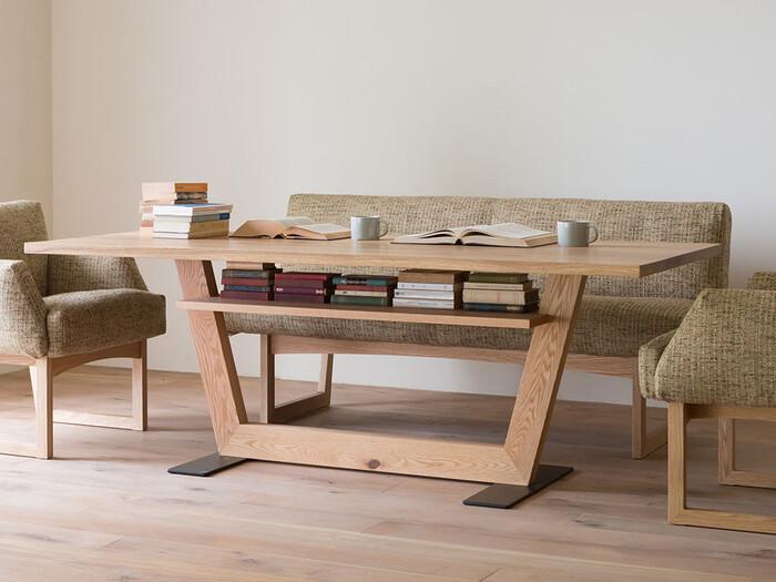 無垢材でありながらもナチュラルとは対極にあるようなモダンなダイニングテーブル。このテーブル一つでインテリアの雰囲気が完成されそうな存在感があります。色はオークとウォールナットの2色。お部屋の雰囲気に合わせて選ぶことができます。