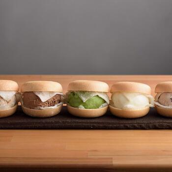 こちらのアイスもなかは、求肥で包んだアイスクリームをもなかの皮に自分で包むセルフスタイルです。作りたては皮がパリパリで、そこにまったり濃厚な甘さがひんやり溶け合う贅沢な和スイーツのよう。