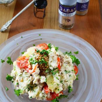 ポテトサラダもレンチンで作っちゃいましょう。ひき肉が入っているのでジューシーな旨みが加わって、ごちそう感もアップ!スパイス香るデリ風仕立てで、彩りも鮮やか。ほくほく温かいうちに召し上がれ♪