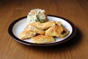 パサつきがちな鶏むね肉は卵の衣をまとわせてさっと焼くことでしっとりと仕上がります。衣の卵にマヨネーズを少し混ぜるのがふんわりとさせるポイント。好みでチーズをのせてもおいしいですよ。