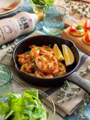 お正月はちょっとだけ贅沢な気分に浸りたいですよね。海老を使ったレシピは特別感が出るので、和風味に仕上げた牡蠣だし醤油のガーリックシュリンプがあると家族みんなが盛り上がるはず!
