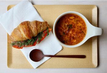 パンに合わせるなら、トマトの酸味が効いたミネストローネがおすすめ。酸味と香りが爽やかで、食べ応えがあるのもうれしいですね。サンドイッチはもちろん、バゲットやトーストを浸して食べるのもおいしいですよ。