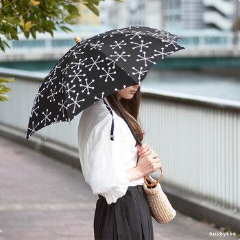 雪の結晶柄がおしゃれな日傘。北欧風のシンプルなデザインと天然竹のパーツの組み合わせがナチュラルで洗練された印象。長傘と折り畳みの2種類。晴雨兼用なので季節問わず使えて便利です。